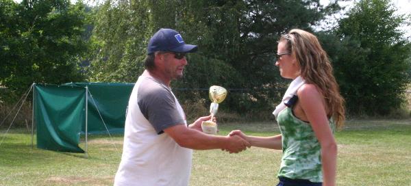 Squat 2014 | Olča přebírá pohár | foto Vlasta